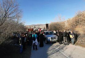 DOČEKAO IH KORDON SPECIJALACA Vjernicima iz Gacka zabranili ulazak u Crnu Goru (FOTO)