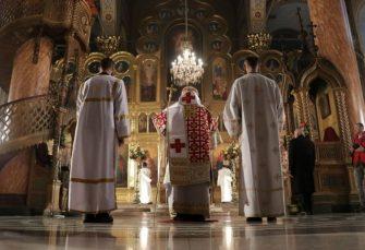 KORONA ILI POLITIKA: Sveštenik završio u pritvoru, u Budvi služio liturgiju za 11 ljudi