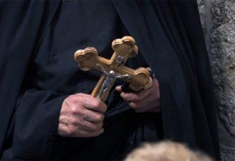 NIŠ: Sveštenik se napio i pretukao suprugu, završio u psihijatriji