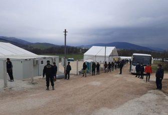 Stanovništvo nadomak Petrovca u strahu: Pobuna i haos u Lipi, migranti razvaljuju kamp i bježe na sve strane