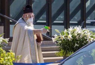 MIČIGEN: Sveštenik vjernike svetom vodicom prskao iz plastičnog pištolja
