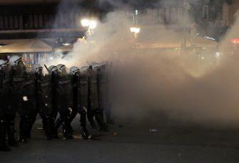 U neredima ispred Skupštine Srbije povrijeđeno 19 policajaca i 17 demonstranata