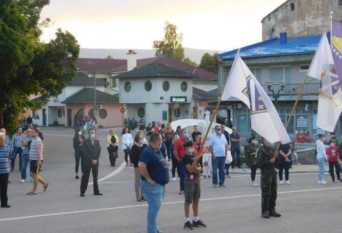 Predizborne akcije u Petrovcu: Dok Prošić šalje poruke mira, Jukić stoji ispred ratne zastave Armije BiH