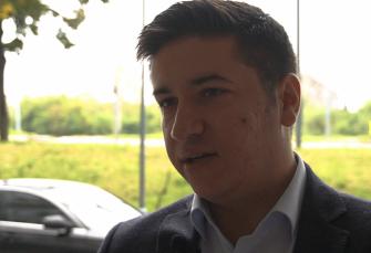 Neprijatna poruka za crnogorskog političara: Vladislavu Dajkoviću na Novom Beogradu oštetili auto sa uklesanom porukom MNE na haubi