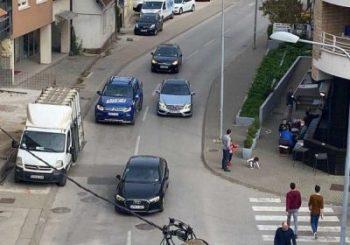 Stanivuković automobil parkira na sred ulice