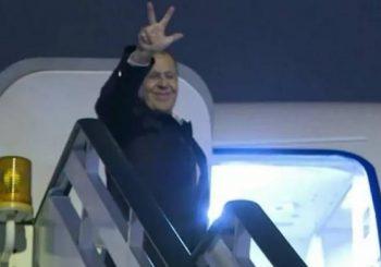 OPROŠTAJNI POZDRAV: Lavrov prilikom odlaska iz Beograda mahnuo sa tri prsta