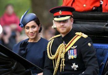 """PONOVO PROVOKATIVNI: Vrat Megan Markl ispod kraljičinog koljena na karikaturi """"Šarli Ebdoa"""""""