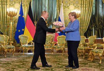 SUSRET U MOSKVI: Dok je Putin govorio, Merkelovoj zazvonio telefon