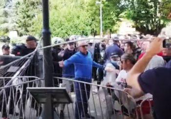 SKANDALOZNO: Bošnjak u prvim redovima napada Cetinjski manastir!